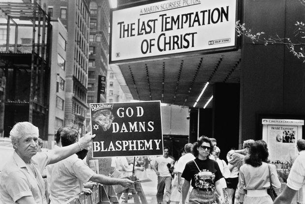 Manifestations devant une salle projetant « La Dernière Tentation du Christ » de Martin Scorcese à New York, le 13 août 1988.