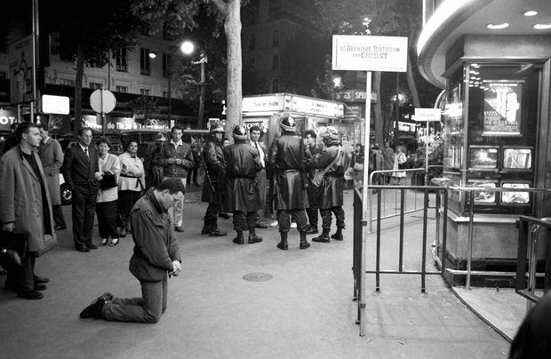 Manifestations devant une salle projetant « La Dernière Tentation du Christ » de Martin Scorcese à Paris le 28 septembre 1988.