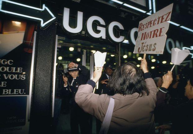 Manifestations devant une salle projetant « La Dernière Tentation du Christ » de Martin Scorcese à Paris.
