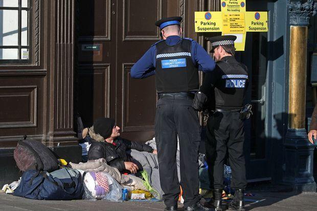 James Pusey, une personne sans domicile fixe vivant dans les rues de Windsor, discutant avec la police locale.