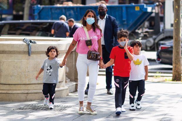 Séance shopping pour Antonela, Ciro, 3 ans, Thiago, 8 ans, et Mateo, 5 ans, sur les Champs-Élysées, le 11 août.