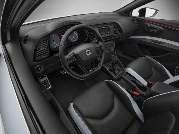 A bord de la Renault (en haut), l'ambiance est clairement sportive. La Seat joue la carte du confort.