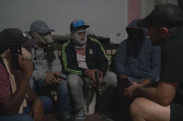 Sebastian Perez Pezzani face à des membres de gang dans «Caméléon».