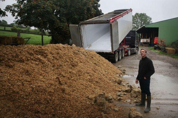 Sébastien, éleveur laitier, ne peut plus utiliser son fourrage pour nourrir ses vaches. Un collègue du pays de Caux lui a fait livrer 24 tonnes de maïs.