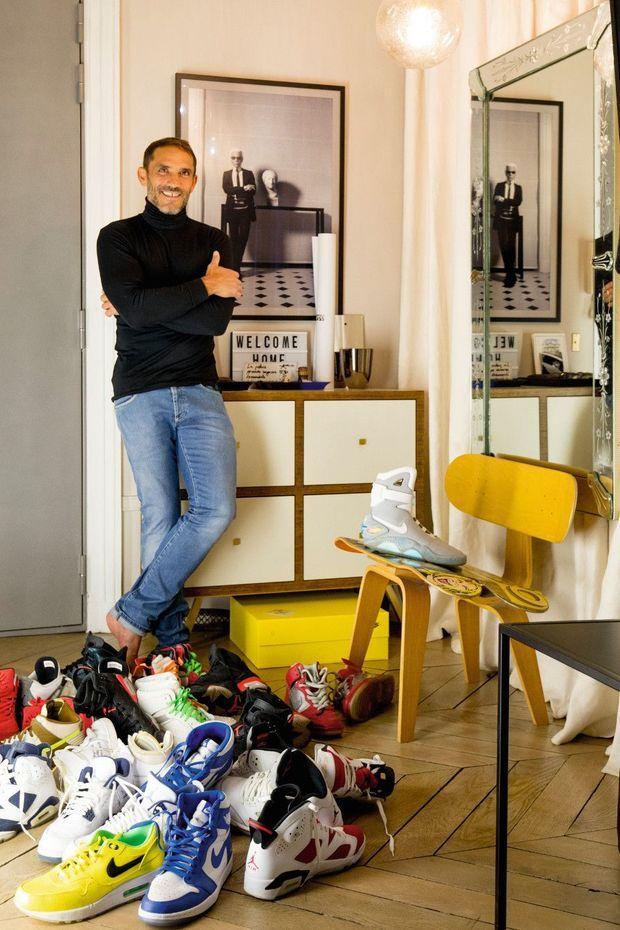 Bon pied, bon œil : Sébastien s'est constitué une superbe collection de 150 sneakers dont des paires cultes comme la Nike Mag Retour vers le futur (sur la chaise).