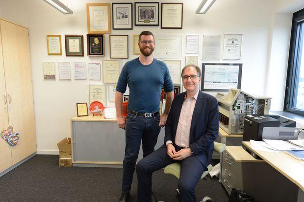 Peter Seeberger (à dte), directeur de l'Institut Max Planck de Potsdam, dans son bureau, le 30 avril, avec son adjoint Kerry Gilmore