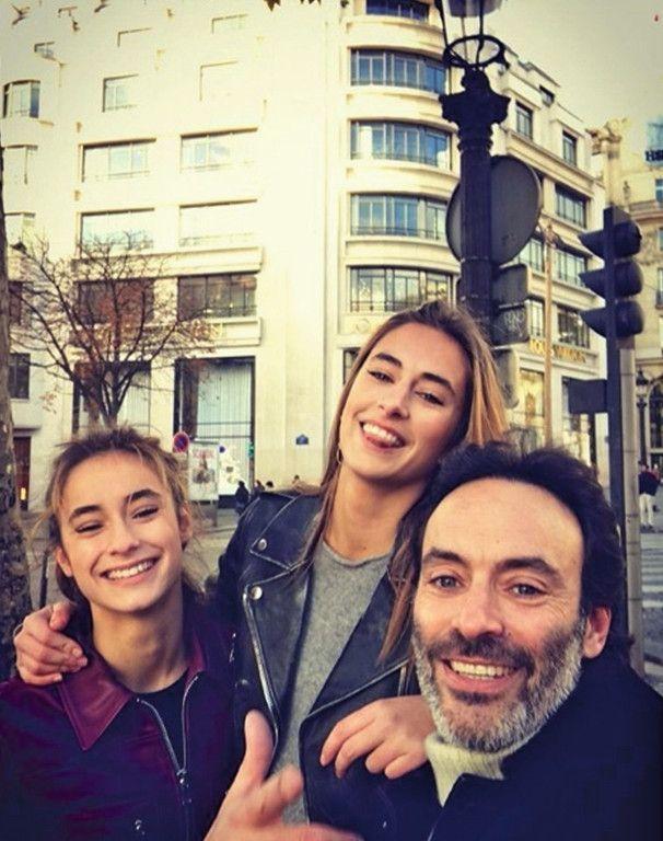 Selfie en famille sur les Champs-Elysées.