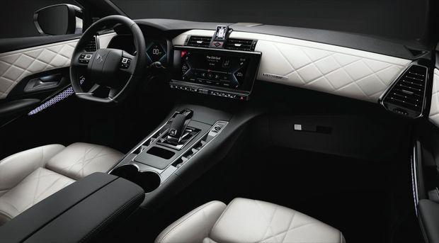 Sellerie à points perlés, décors guillochés et vitrage feuilleté… rien n'est trop beau pour ce SUV hybride exonéré de taxe sur les véhicules de société.