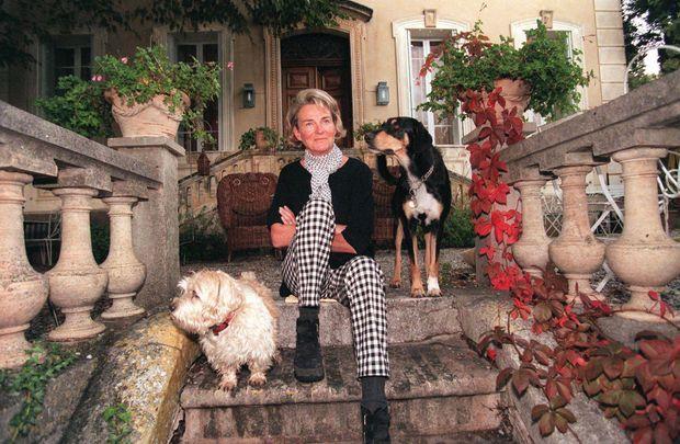 « Dans la maison de Villecroze où elle s'entoure d'animaux, Sybille est choquée par l'ampleur du scandale. Les deux piliers qui unissent Flamands et Wallons, dit-elle, sont la royauté et le football. » - Paris Match n°2632, 4 novembre 1999