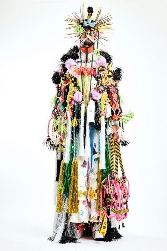 Serre-câbles, cordes d'alpiniste, filaments en plastique tressé, Tom Van der Borght imagine une mode qui redéfinit le luxe avec une vision joyeusement utopiste. Sa devise : « Tu peux [la] porter si tu oses [la] porter. »