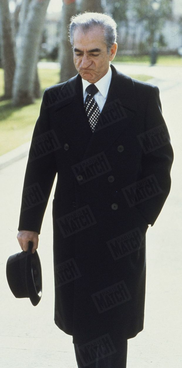 """""""Une des dernières images du Shah à Téhéran. Le visage crispé, il va présider son dernier conseil, avant l'exil"""" - Paris Match n°1548, 26 janvier 1979"""