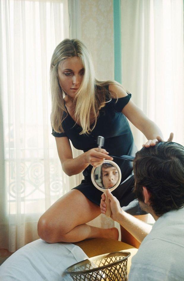 Sharon joue à la poupée dans leur chambre d'hôtel, à Cannes, en mai 1968.