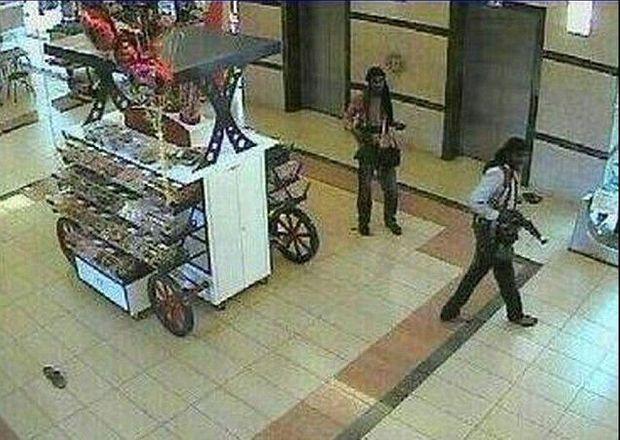 Des membres du commando, aperçus sur une caméra de surveillance.