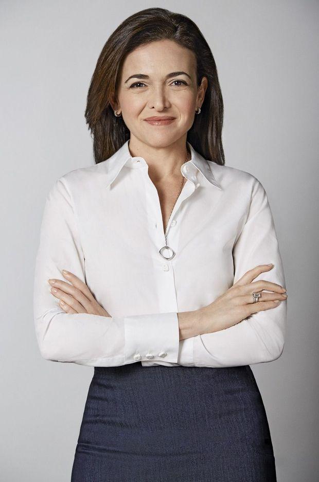 Sheryl Sandberg a d'abord raconté les étapes de son deuil sur Facebook, suscitant quelque 74 000 commentaires et confidences en retour.