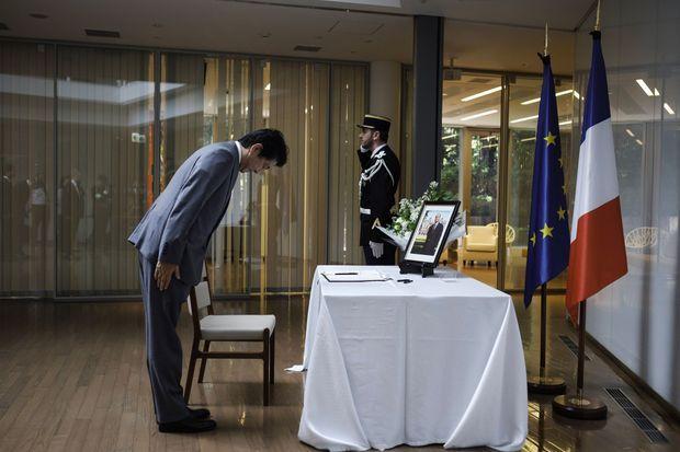 Shinzo Abe rend hommage à Jacques Chirac à l'ambassade de France à Tokyo, lundi.