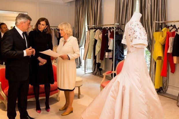 Aux côtés de Sidney Toledano, le PDG de Christian Dior Couture, et de Catherine Rivière, directrice des activités mode et prestige de la marque, Camilla découvre les ateliers de Dior.