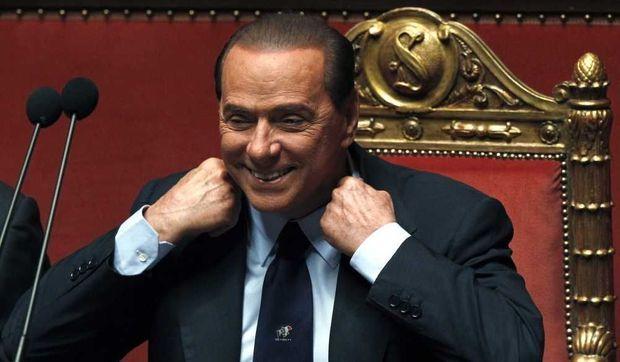 Silvio Berlusconi remontant son col-