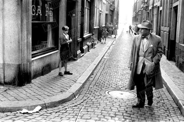 Georges Simenon dans les rues de Liège en 1948.