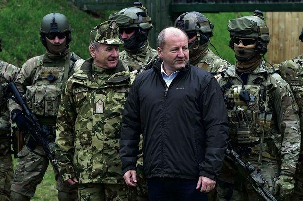 Intérêts communs. Le ministre hongrois de la Défense Simicsko lors d'exercices militaires auxquels prennent part les quatre pays du groupe de Visegrad, en mars 2018, à Szolnok.