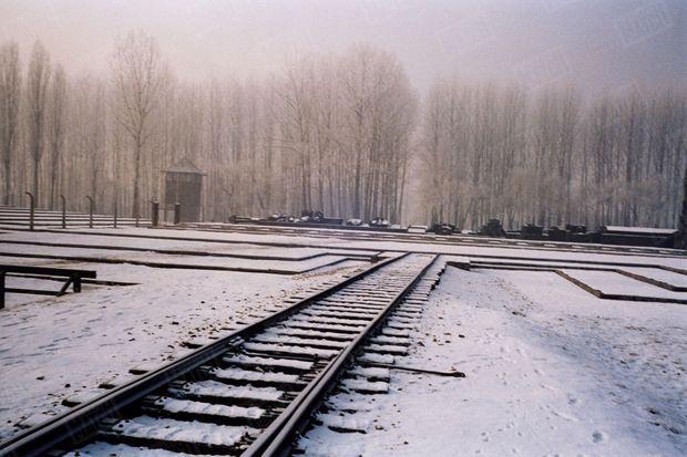 « Le bout du voyage. La voie ferrée s'arrête à quelques dizaines de mètres de l'endroit où se dressaient les «Krematorium» détruits par les SS A leur place, un mémorial pour témoigner. » - Paris Match n°2904, 13 janvier 2005