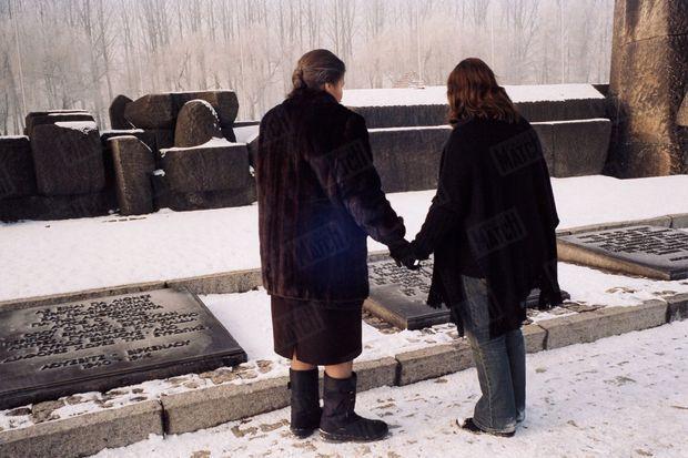 « Simone Veil et Deborah, main dans la main, devant l'une des nombreuses plaques commémoratives du mémorial. Celle-ci est en français. » - Paris Match n°2904, 13 janvier 2005