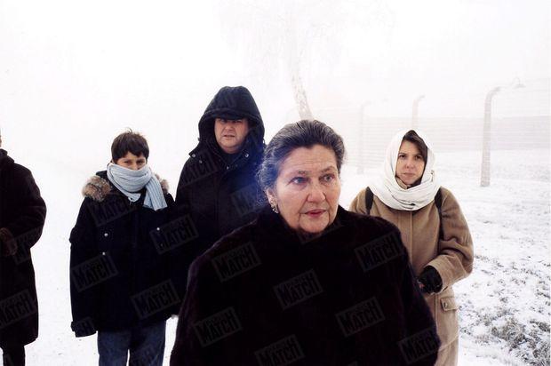 « Lucas, Pierre-François, Simone Veil et Isabelle, face à l'abomination ultime : les ruines des chambres à gaz. » - Paris Match n°2904, 13 janvier 2005