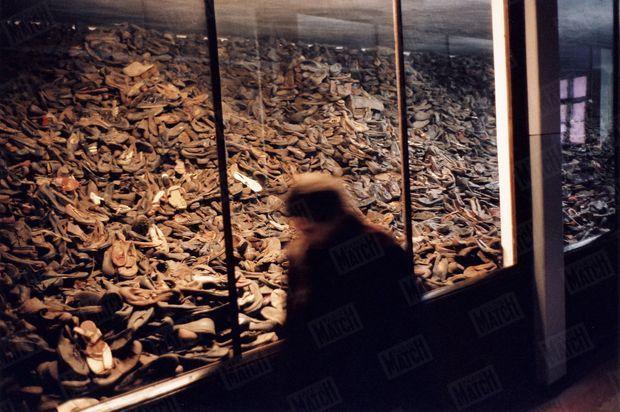 « Simone Veil se recueille devant l'hallucinant entassement de chaussures trouvé dans le camp. Désigné comme «terre de martyre» en 1946, Auschwitz est devenu un musée l'année suivante. On peut aussi y voir 7 tonnes de cheveux, en partie déjà emballés, destinés à être livrés par paquets de 25 kilos... » - Paris Match n°2904, 13 janvier 2005