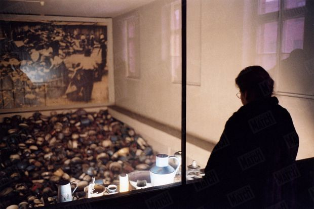 « Simone Veil s'arrête devant une vitrine d'objets usuels, bassines, ustensiles et brocs à eau. Les déportés avaient emporté avec eux leur « nécessaire », sans savoir ce qui les attendait. » - Paris Match n°2904, 13 janvier 2005