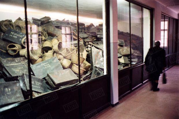 « Les valises retrouvées à Auschwitz ont été précieuses pour identifier les détenus disparus, grâce aux noms de leurs propriétaires inscrits à l'extérieur. » - Paris Match n°2904, 13 janvier 2005