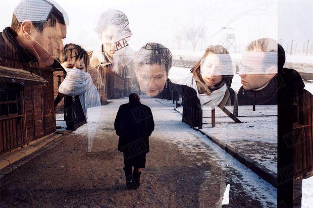 « C'est par hasard, à cause d'une défaillance technique de l'appareil, que ces deux photos se sont superposées. Un hasard étrange qui a imprimé sur la pellicule ce télescopage d'images et de souvenirs. A Auschwitz, le passé hante les vivants. Malgré la présence de ses fils et la tendresse de ses petits-enfants (de gauche à droite, Pierre-François, Lucas, Sébastien, Isabelle, Aurélien), Simone Veil restera, lors de ce pèlerinage en enfer, une ancienne déportée prise par ses fantômes. Une femme seule. » - Paris Match n°2904, 13 janvier 2005