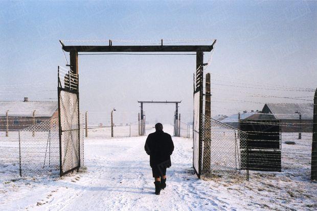 « Quand Simone Veil quitte la zone du camp où était situé son «bloc», le brouillard est en train de se lever. Elle ne se souvient pas avoir vu le soleil en 1944: la fumée noire des fours crématoires obscurcissait le ciel. » - Paris Match n°2904, 13 janvier 2005