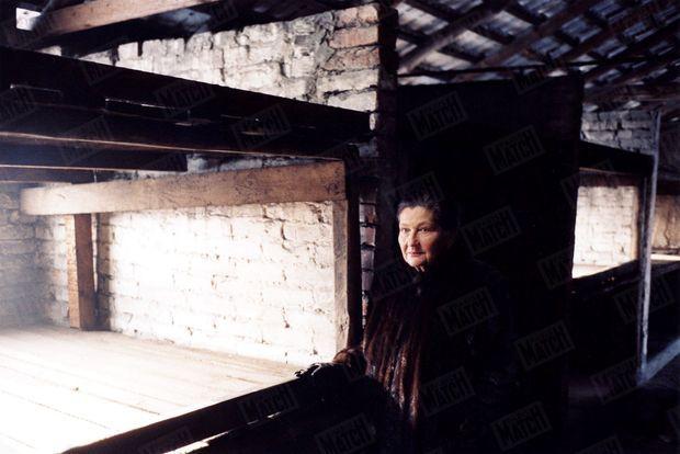 « Simone Veil a retrouvé l'endroit exact où elle a passé avec sa mère les pires nuits de sa vie. Ici, les déportés étaient entassés à cinq ou six dans ces cages de brique et de bois appelées «coyats». » - Paris Match n°2904, 13 janvier 2005