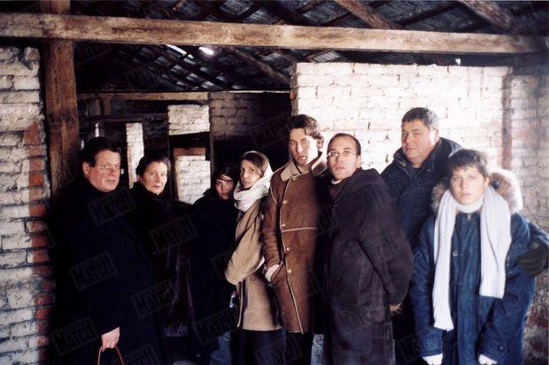 « Photo de la mémoire: Jean, Deborah, Isabelle, Sébastien, Aurélien, Pierre-François et Lucas entourent Simone Veil. » - Paris Match n°2904, 13 janvier 2005