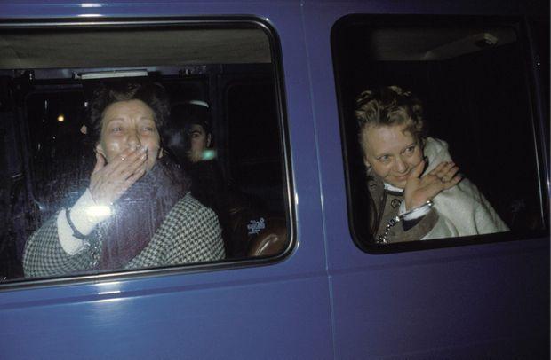 Les sœurs Weber en démonstration, lors d'une perquisition à Cannes en février 1986.