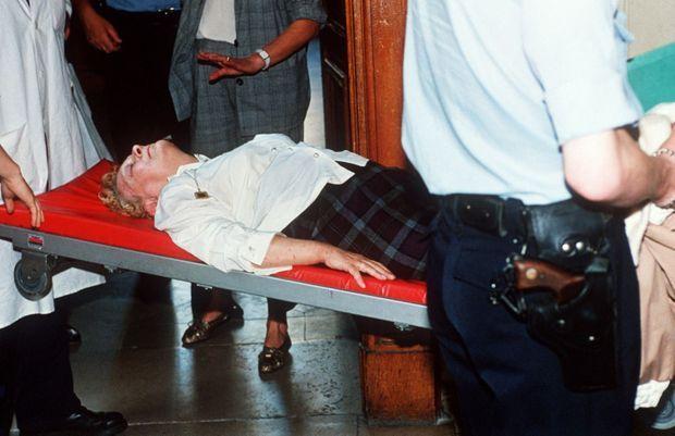 Simone Weber a été plusieurs fois victime de malaise durant la procédure. Cette photo, prise le 26 juin 1990, la montre quittant la cour d'appel de Nancy sur une civière, après avoir défendu sa 21ème demande de mise en liberté, refusée par la chambre d'accusation. Elle a été transportée d'urgence à l'hôpital de Nancy par les pompiers.