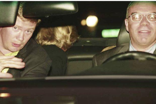 Rue Cambon, 0 h 17 Diana et Dodi quittent le Ritz. A l'avant, Trevor Rees-Jones, le garde du corps, et le chauffeur, Henri Paul, hilare.