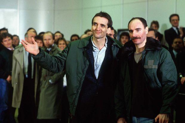 Roger Auque et Jean-Louis Normandin à Orly, le 27 novembre 1987.