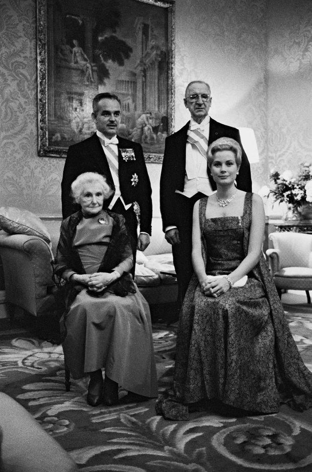Le prince Rainier II et la princesse Grace de Monaco avec le président irlandais Eamon de Valera and sa femme Sinead Bean à Dublin, lors de leur visite d'Etat de juin 1961