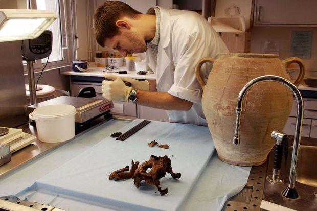 Les restes d'Agnès Sorel sont analysés par Philippe Charlier, spécialiste de paléopathologie au CHRU de Lille, en octobre 2014