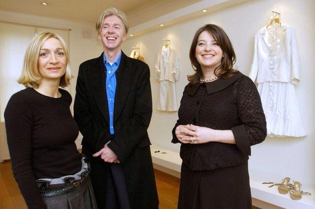 Anna Valentine, Philip Treacy et Linda Bennett qui ont signé les looks de Camilla Parker Bowles pour son mariage. Photographiés le 6 avril 2005