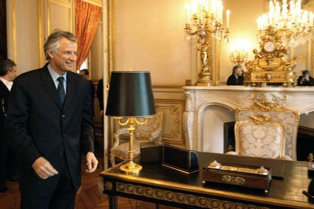 Dominique de Villepin à côté du bureau noir de l'Hôtel de Lassay à Paris, le 24 janvier 2006