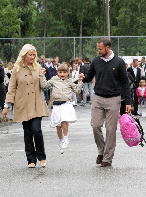 La princesse Ingrid Alexandra de Norvège avec ses parents pour son premier jour d'école primaire, le 18 août 2010