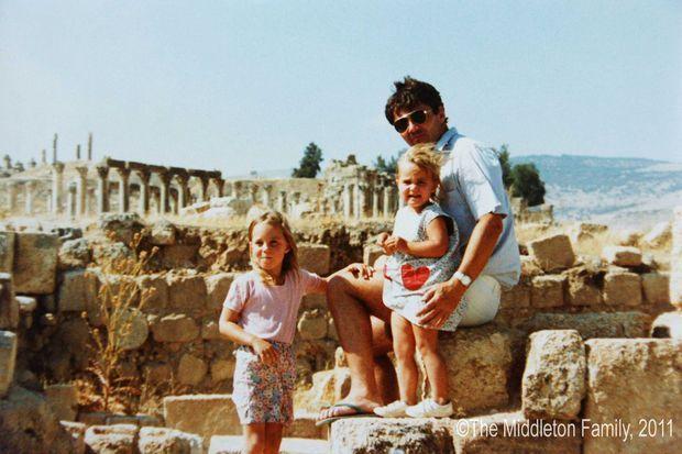Kate (à gauche) avec son père Michael Middleton et sa petite soeur Pippa en Jordanie dans les années 1980