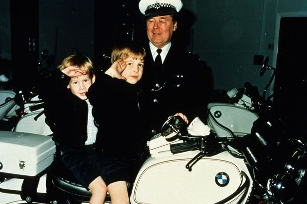 Les princes Harry et William sur une moto de la police de Windsor, le 13 novembre 1987