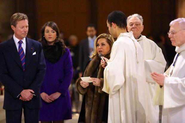 """La grande-duchesse Maria Teresa de Luxembourg, avec le grand-duc Henri et la princesse Alexandra, lors de la bénédiction du bourdon """"Marie"""" à Notre-Dame de Paris, le 2 février 2013"""