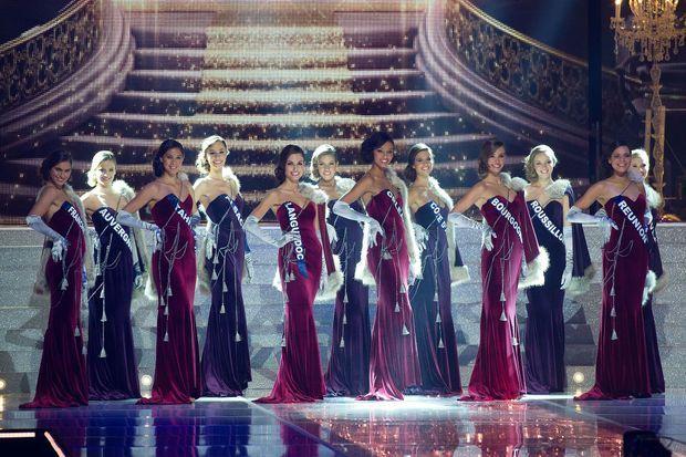 Flora Coquerel (au milieu) avec les autres candidates lors du concours Miss France 2014