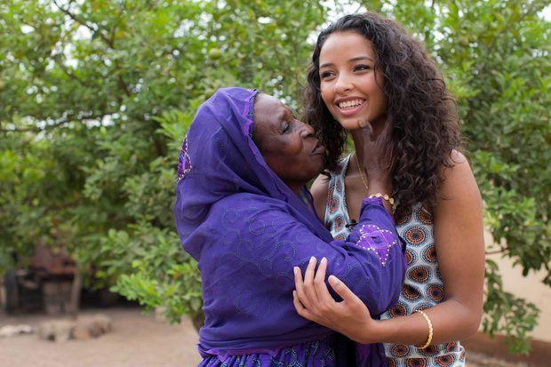 Flora Coquerel avec sa grand-mère lors de son voyage au Bénin en 2014