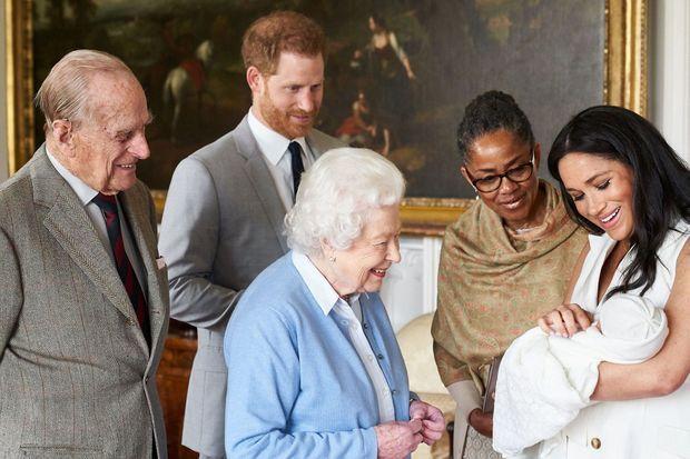 Harry et Meghan avec leur fils Archie, la reine, le duc d'Edimbourg et la mère de Meghan, Doria Ragland, peu de temps après la naissance du bébé en mai 2019