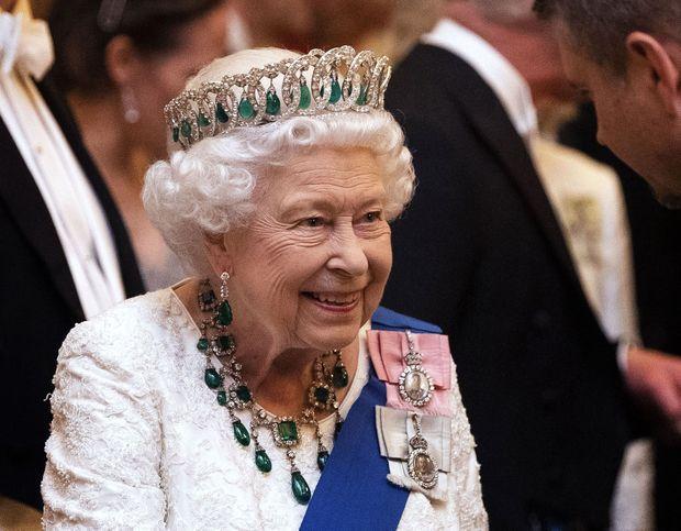 La reine Elizabeth II portant les émeraudes Cambridge, le 11 décembre 2019