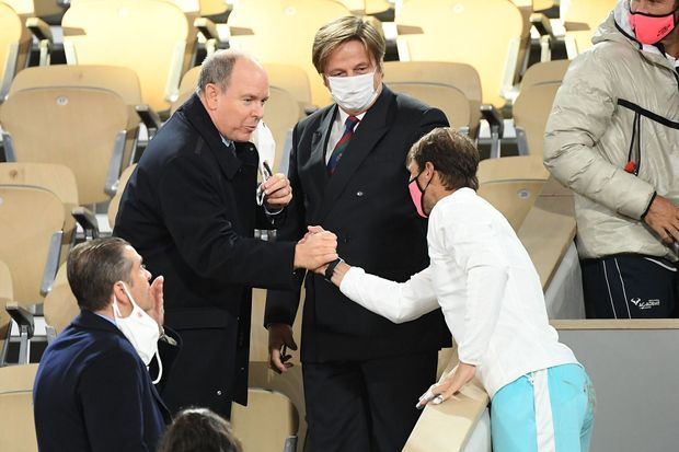 Le prince Albert II de Monaco félicite Rafael Nadal vainqueur du Tournoi de Roland-Garros, le 11 octobre 2020